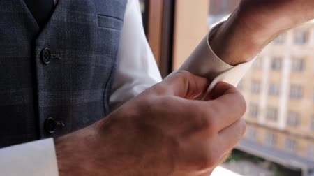 gravata : Man Wear a Suite, the right clothes, the grooms fees, the wedding. Close-up of elegant male hands with cufflinks