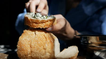 placa de corte : Womens hands make a healthy sandwich with cottage cheese and dill. cream cheese on rye bread Stock Footage