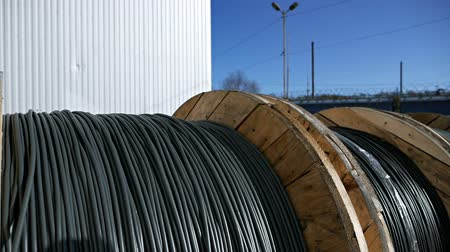 rulolar : Close-up of a power cable on a big wooden spool. Finished products cable plant Stok Video