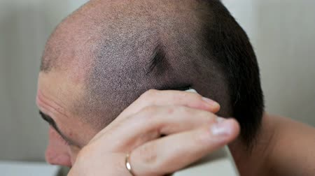 The guy shaves his head with a razor. Hair removal at home Vídeos