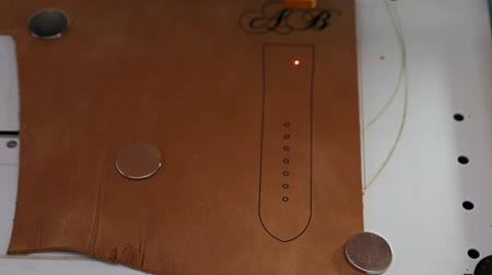 cortador : Laser engraving machine work,skin logo. Leather purse