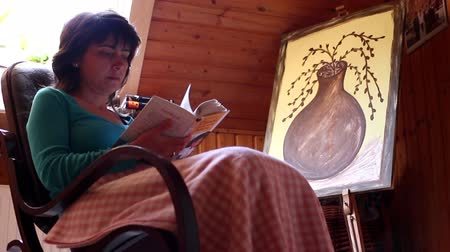 cobertor : A girl  read book on a old rocking chair Vídeos