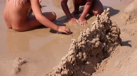 areias : Children doing castles on the beach