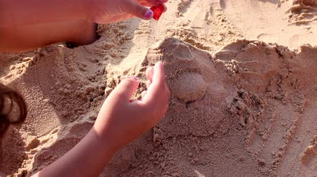zamek : Children doing castles on the beach