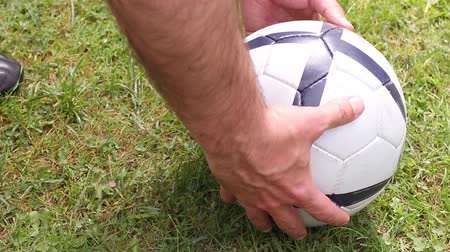 jogador : detail soccer player kicking ball on field