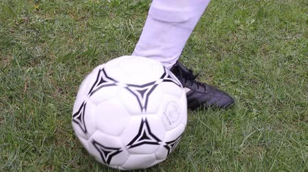 futbol topu : Football player running with ball and shooting, slow motion