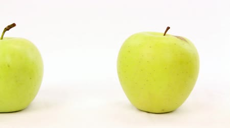 diferença : Line of green apples with one red apple, be different