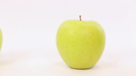 diferença : Hand chooses a red apple from a line with green apples, be different Stock Footage