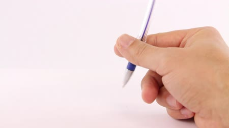 descontente : Male hand playing nervously with a pen on a white background Vídeos