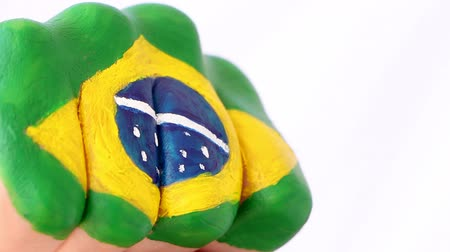кулак : Brazilian football soccer fan doing winning gesture, brazilian flag on his fist