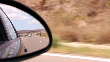 zadní : Highway view on side mirror of a car