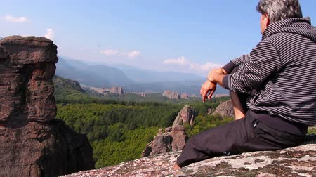 bulgaristan : Man sitting on a rock and admiring the beautiful Belogradchik valley