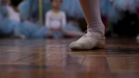 balerína : Rehearsal in a ballet school. Close up of girls feet
