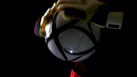 вратарь : Soccerfootball goalkeeper with gloves and ball, 4k