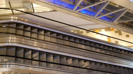 urychlit : Empty running escalators in shopping center Dostupné videozáznamy