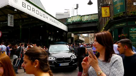 базарная площадь : Time lapse of people walking around Borough Market in London city Стоковые видеозаписи