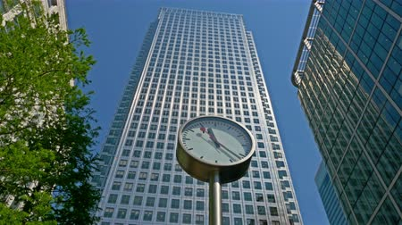 pénzügyi negyed : One of the six public clocks running in front of the famous business office block One Canada Square in Canary Wharf, London