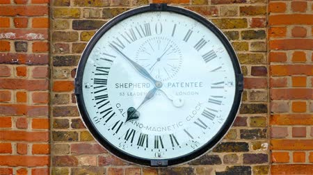 asal : Close up of 24 Hour galvano-magnetic clock in Greenwich observatory, London