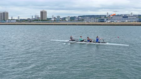 veslování : UNITED KINGDOM, LONDON - JUNE 12, 2015: London lifestyle. Rowing crew traveling down the River Thames Dostupné videozáznamy