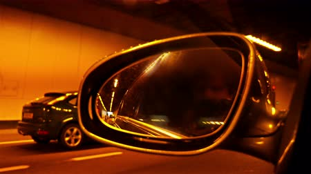 automobilový průmysl : Automotive: Highway view on side mirror of a car