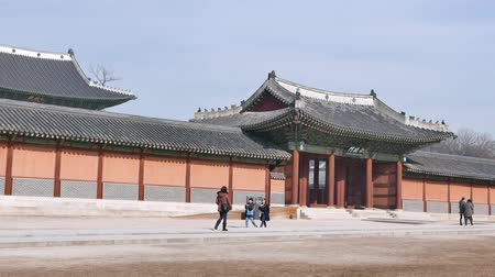 magnífico : Seoul, Korea - December 9, 2015: Injeongmun gate and Sukjangmun gate in Changdeokgung which is a palace built as a secondary palace of the Joseon dynasty in 1405, during King Taejongs reign.