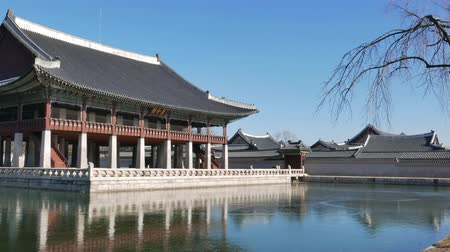 династия : Seoul, Korea - December 28, 2015: Gyeonghoeru pavilion in Gyeongbokgung, a hall used to hold formal banquets. Gyeongbokgung palace was the main palace of the Joseon dynasty. Стоковые видеозаписи