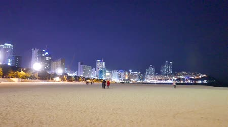 фиксировать : Busan, Korea - January 21, 2016: Night view of Haeundae beach. Haeundae beach is Busans most popular beach because of its easy access from downtown of Busan and the beautiful beach.