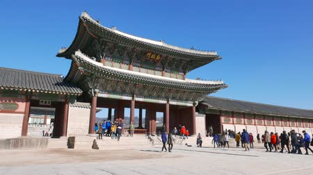winter palace : Seoul, Korea - December 28, 2015: Geunjeongmun, the third inner gate of Gyeongbokgung. Gyeongbokgung palace was the main palace of the Joseon dynasty, located in northern Seoul. Stock Footage