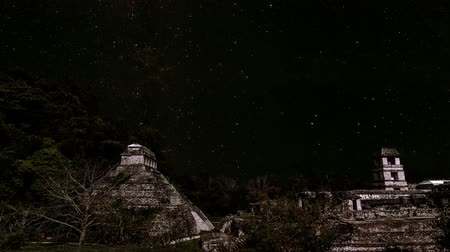 meksyk : Animation of stars in the sky moving over the ancient Mayan ruins of Palenque in Chiapas, Mexico