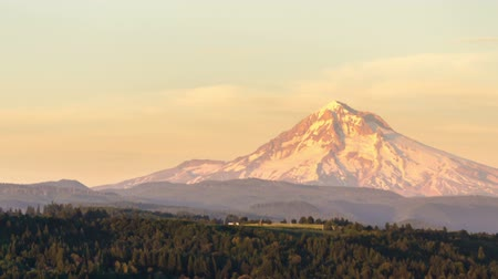 maska : Late afternoon time lapse video of Mount Hood slowly panning from right to left. Wideo