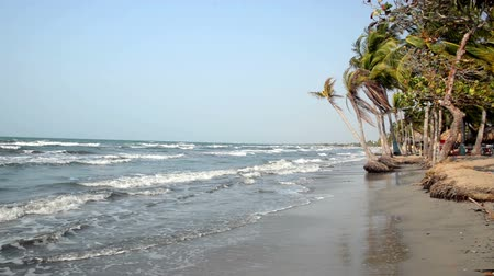 Колумбия : Waves coming to shore on a beach at Covenas, Colombia