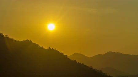 горный хребет : Close up time lapse view of the sun setting in the Sierra Nevada de Santa Marta mountain range in Colombia