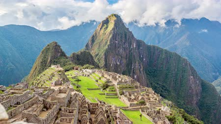destinos : Slowly zooming out time lapse of Machu Picchu Stock Footage