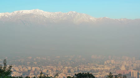 Чили : Time lapse view of Santiago, Chile and the Andes Mountains at sunset