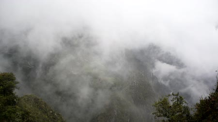 kamień : Fog and clouds passing by the ruins of Machu Picchu