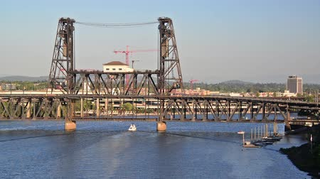 barışçı : Steel Bridge in Portland, Oregon with a boat passing under it