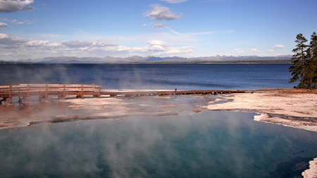 geiser : Black Pool naast Yellowstone Lake in het West Thumb Geyser Basin in Yellowstone National Park Stockvideo