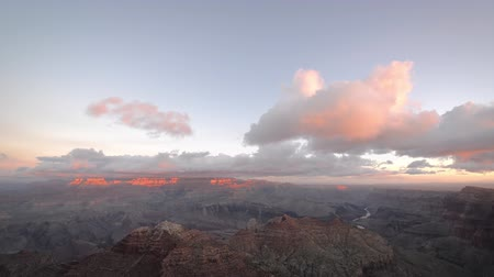 velg : Brede mening van wolken voorbij over de Grand Canyon Stockvideo
