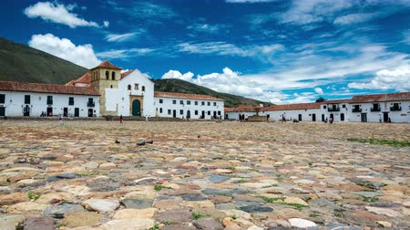 macskaköves : VILLA DE LEYVA, COLOMBIA - APRIL 29: Time lapse video of people passing through the colonial plaza of Villa de Leyva, Colombia on April 29, 2016 Stock mozgókép