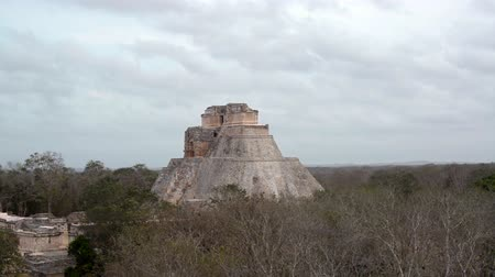 pyramida : Large pyramid known as the Magicians House in the Mayan ruins of Uxmal, Mexico Dostupné videozáznamy