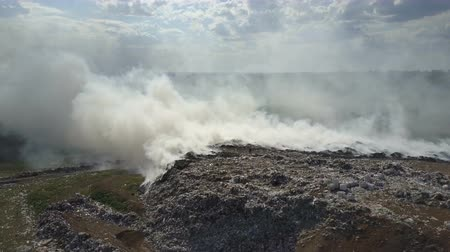 Çingene : Garbage dump pollutes the environment. Strong wind rises toxic smoke of burning garbage into the air. Stok Video