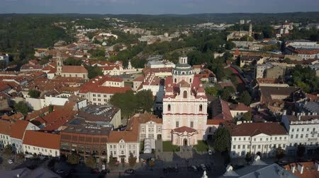 çatılar : Beautiful Aerial view of the old town of Vilnius, the capital of Lithuania.