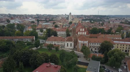 geschiedenis : Beautiful Aerial view of the old town of Vilnius, the capital of Lithuania.