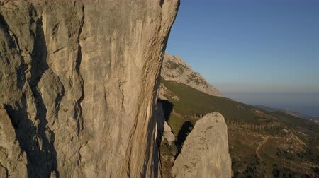 krym : Aerial shot of amazing mountains and rocks in Crimea. Shaan-Kaja. Flight close to huge cliff used for rope jumping.