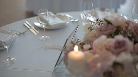 servido : decorated table for a wedding dinner with burning candles