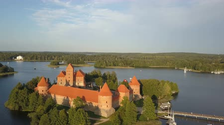 montgolfière : Aerial view of Trakai. Hot air balloons flying over beautiful lakes and islands in Lithuania near the Trakai castle in summer.
