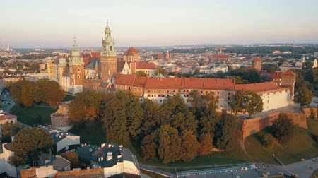 polonês : Aerial view of Royal Wawel Cathedral and castle in Krakow, Poland, with Vistula river, park, yard and tourists at sunset. Old city in the background Vídeos