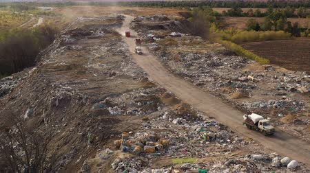 Çingene : Aerial view of large garbage pile at sorting site. Trucks bring waste to a Garbage pile in trash dump. Environmental pollution from consumerism household.