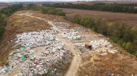 Çingene : Aerial view of Packed Waste on a landfill. Employees and Scavengers are processing waste on a rubbish dump. Large garbage pile at sorting site.