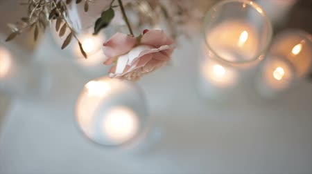 masa örtüsü : Decor of roses on a blurred background from the glare of lights from burning candles. Elegant, evening decor prepared for a luxurious holiday, new year. Decorated for the wedding with flowers.
